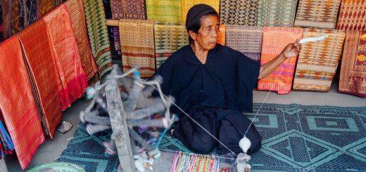 Selain menenun kain, mereka memintal benang sendiri. *yang ini sih udah pasti pernah diculik :p*