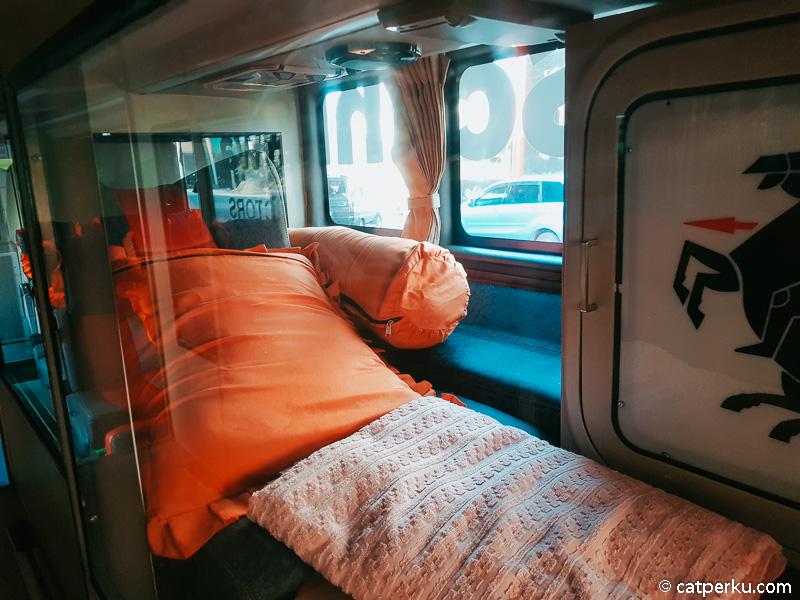 Selain reclining seat yang bisa buat tidur dengan nyaman, ada bantal dan guling juga