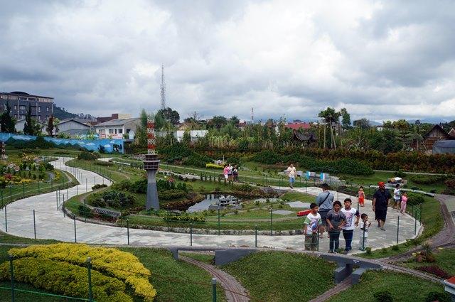 Selain taman kelinci, area miniatur kereta api di Floating Market Lembang adalah favorit saya.