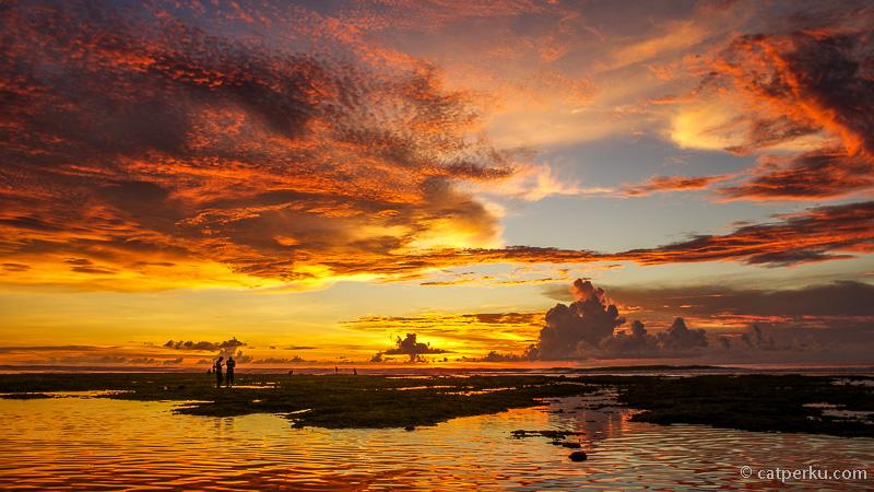 Selama tinggal di Bali, baru Pantai Blue Point Beach ini yang pernah memberikan pemandangan sunset terbaik di Bali.