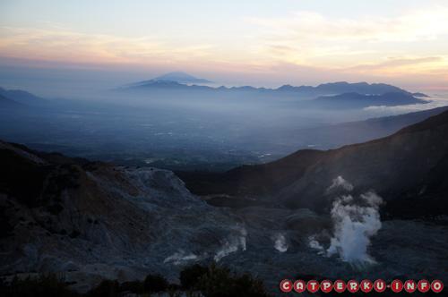 Salah satu kawah aktif gunung papandayan yang mengeluarkan asap bercampur bau belerang yang pekat. Asap ini bahkan bisa tercium pada pagi buta yang seharusnya udara masih begitu segar.