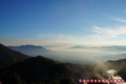 Di kejauhan, kabut tipis menyelimuti langit Kota Garut. Bisa kebayang bagaimana sejuknya kota itu?