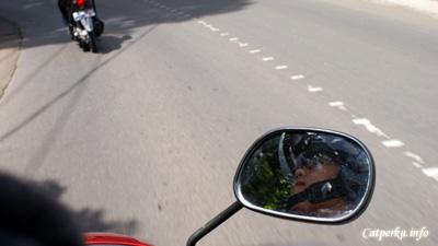 Sepeda motor menjadi transportasi yang paling efisien untuk berkeliling kota Bandung.