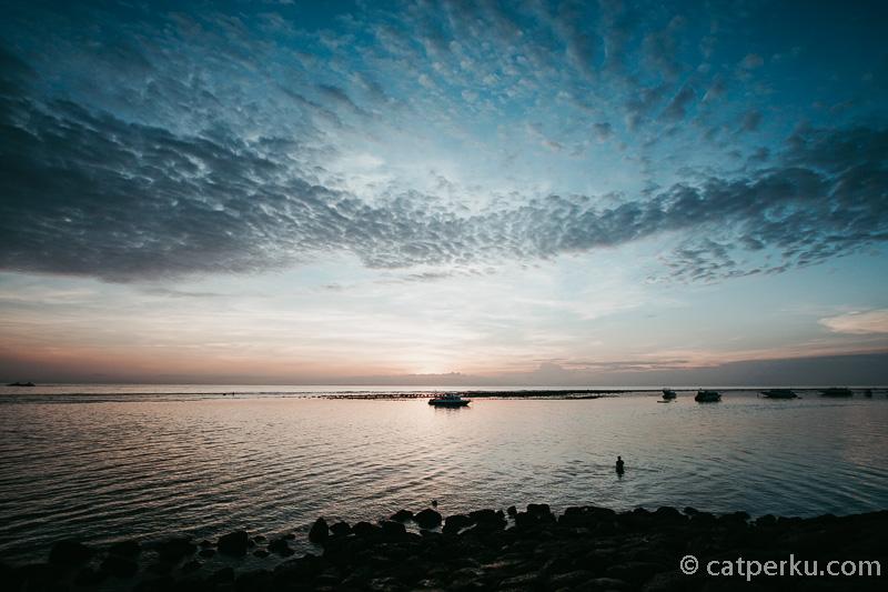 Semburat cahaya menjelang sunrise di Sanur Bali ini yang banyak dicari orang :)