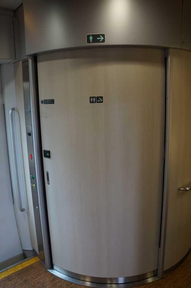 Sementara pintu kamar mandi yang ada di dalam kereta gede seperti ini