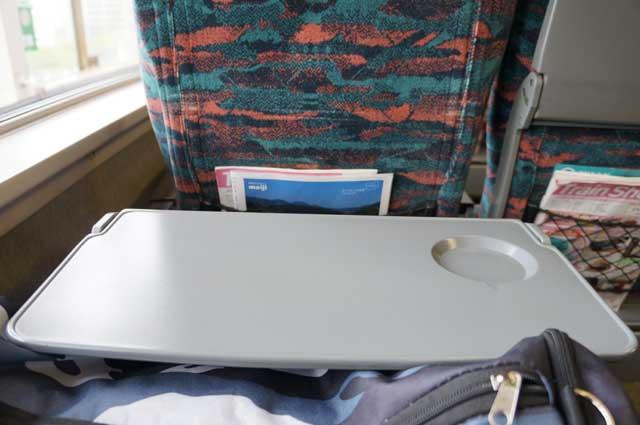 Seperti Pesawat Terbang, Shinkansen ada In Train Magazine dan Mejanya. Keren enggak? :D