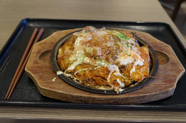 Seporsi Okonomiyaki dengan telur siap untuk saya santap!