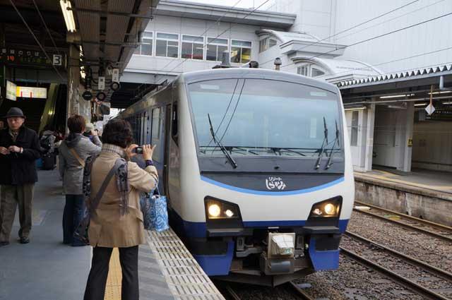 Sesaat sebelum naik Rapid Resort Shirakami Aoike, kereta masih berhenti di stasiun JR Akita.