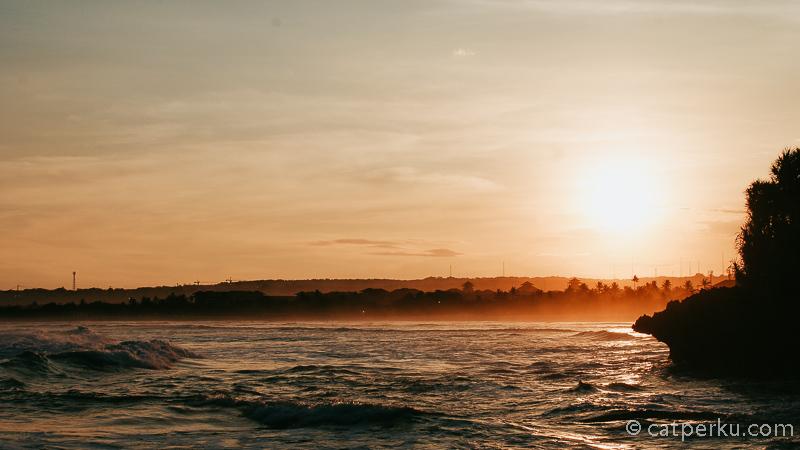 Mungkin pemandangan sunset di Bali terbaik di pantai ini tidak bisa terlihat langsung, tapi lumayan untuk kamu yang ingin melihat sunset di daerah yang tidak terlalu ramai.