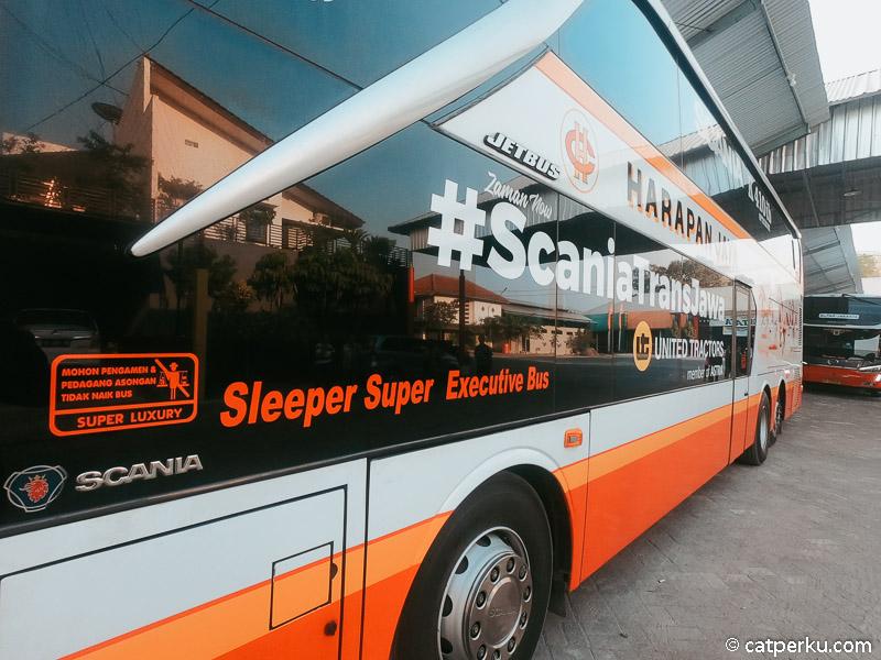 Sleeper bus double decker tampak lebih dekat.