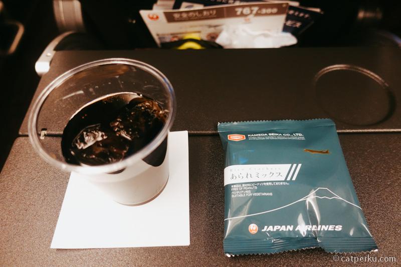 Snack dikasih sesaat setelah terbang. Biasanya isinya kacang.