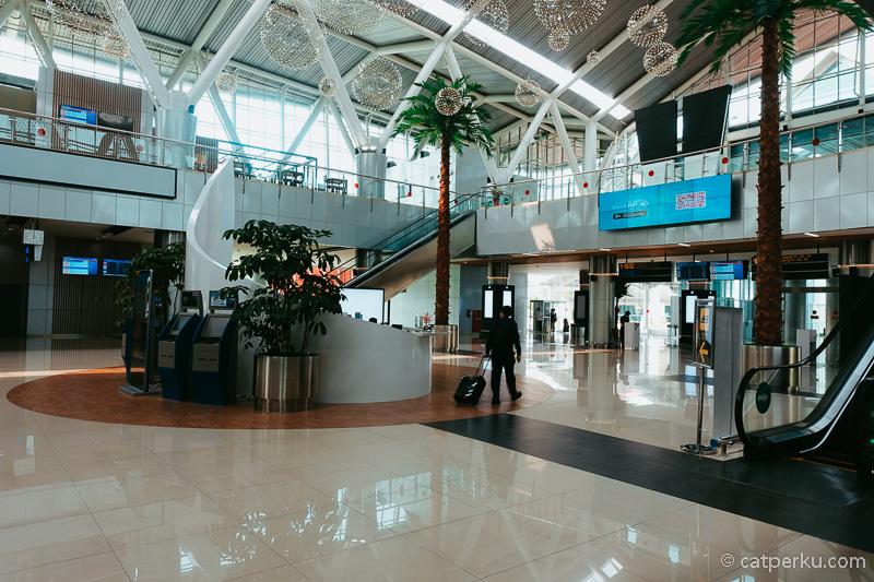 Stasiun Kereta Bandara Soekarno Hatta ini lumayan megah.