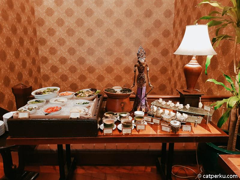 Untuk vegetarian bisa mencoba makanan berupa sayur mayur dan salad.
