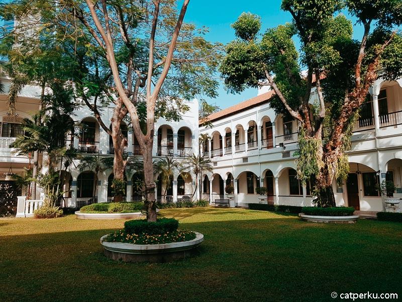 Bagian tengah hotel adalah halaman luas yang penuh pepohonan.
