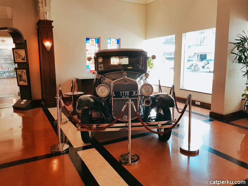 Ini mobil antik ford keluaran tahun 1930 yang berada di lobi hotel.