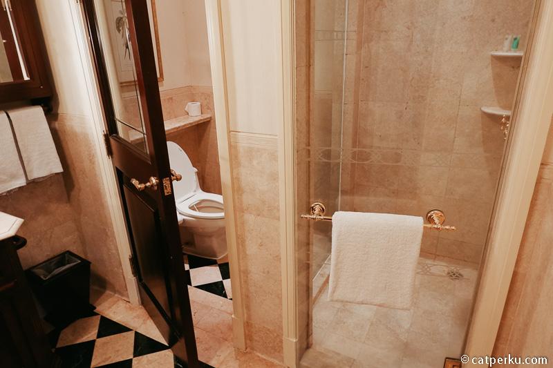 Seperti ini shower dan toiletnya.