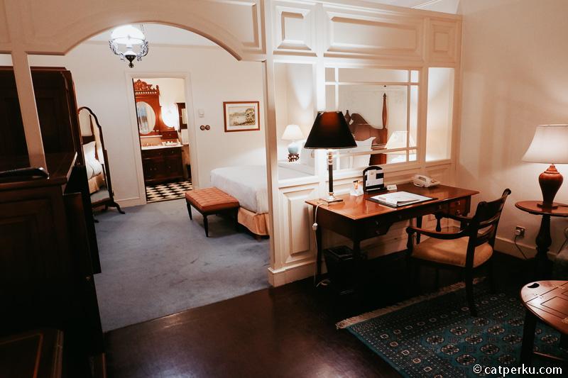 Pada tipe Heritage Suite terdapat sebuah meja kerja.