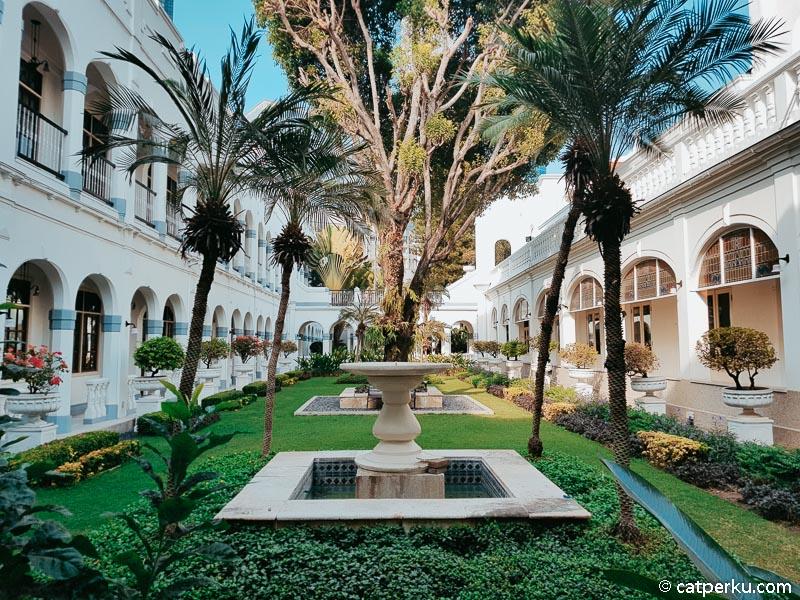 Desain hotel ini benar-benar klasik, saya serasa sedang berada di jaman kolonial.