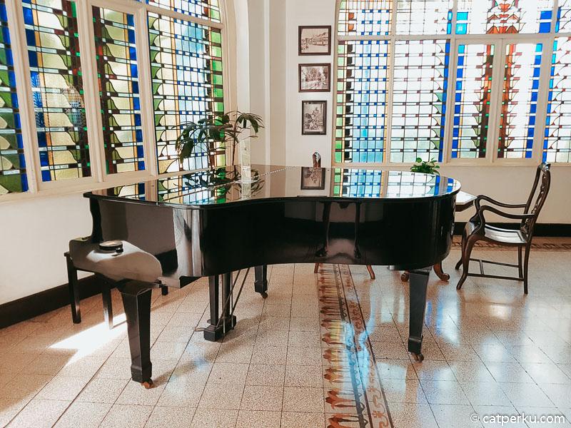 Terdapat piano yang bisa dimainkan oleh tamu hotel secara gratis.