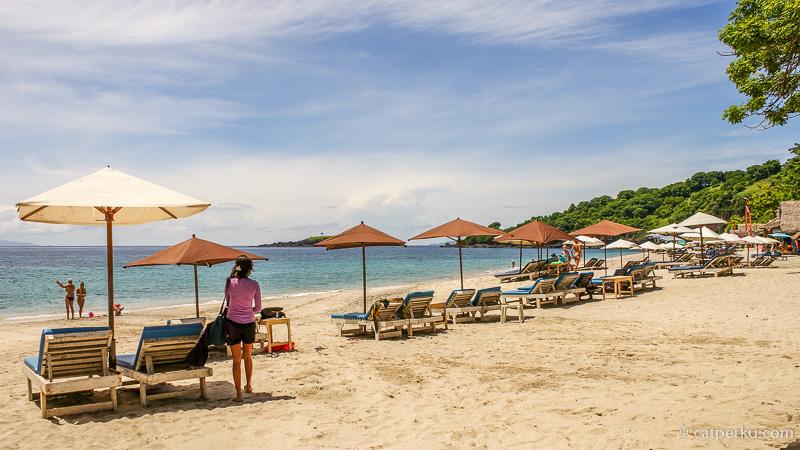 Suasana Pantai Virgin AKA Pantai Perasi AKA Pantai Pasir Putih Karangasem yang menyenangkan di cuaca cerah!
