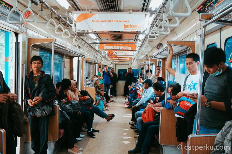 Suasana di bagian dalam kereta Commuter Line Jakarta. Pada hari biasa terlihat cukup lengang.
