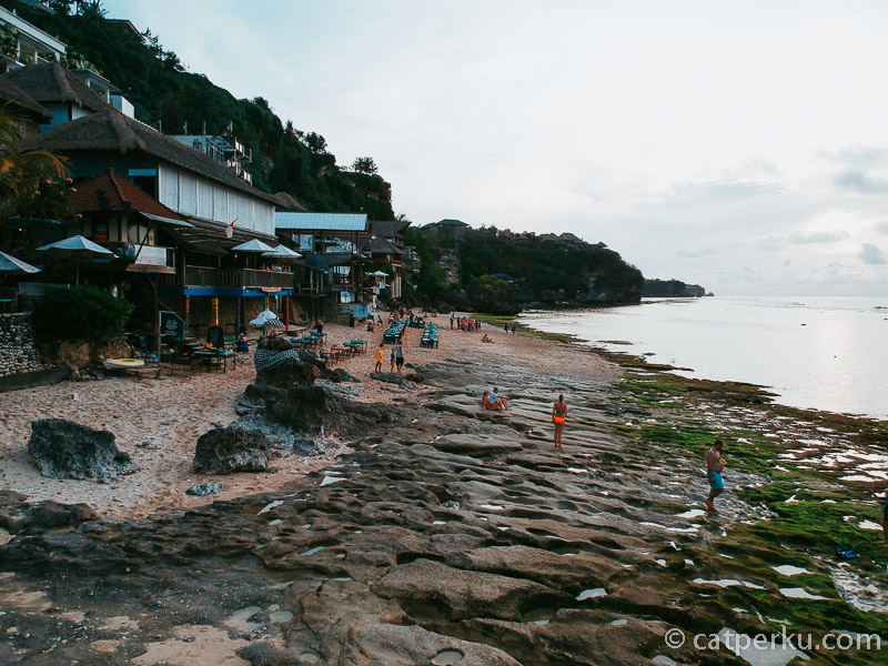 Selain tidak terlalu ramai, Pantai Bingin ini adalah salah satu pantai terbaik di Bali untuk menikmati sunset.