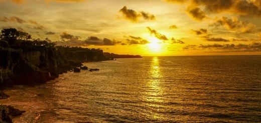 Sunset di pantai tersembunyi di Bali ini memang gak bisa dilewatkan