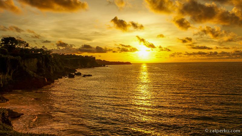 Sunset di pantai tersembunyi di Bali, Pantai Tegal wangi ini memang gak bisa dilewatkan begitu saja.