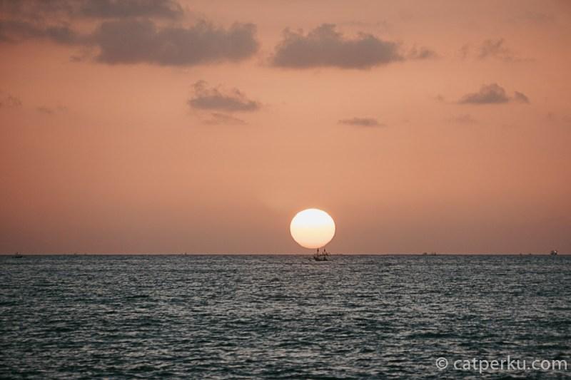 Pantai Tegalwangi ini memang selalu ramai menjelang sore. Karena ini adalah salah satu pantai di Bali dengan pemandangan sunset di Bali terbaik.