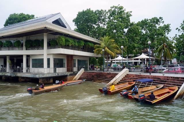 Taksi air yang bisa mengantarkan ke Kampong Ayer Brunei Darussalam.