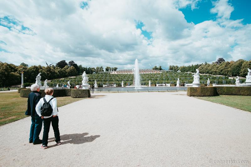 Taman dari Sanssouci palace di Postdam. Luasnya melebihi luas lapangan bola euy!