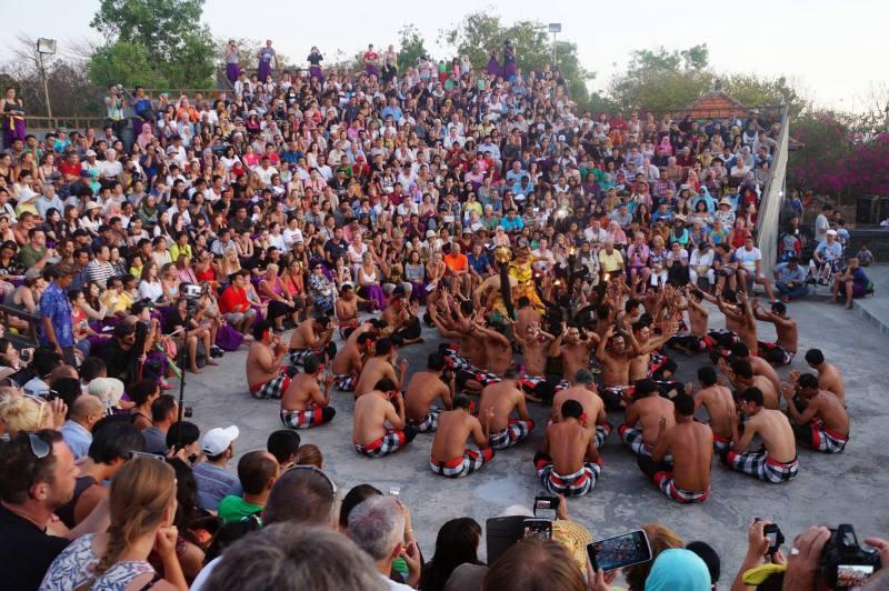 Tari Kecak Bali dimainkan oleh puluhan penari.