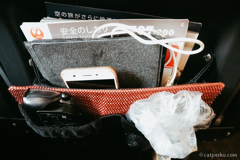 Tempat barang di kursi kelas Ekonomi bisa buat nyimpen laptop kecil saya. Lega sekali ruangan tempat menyimpan barangnya kan?