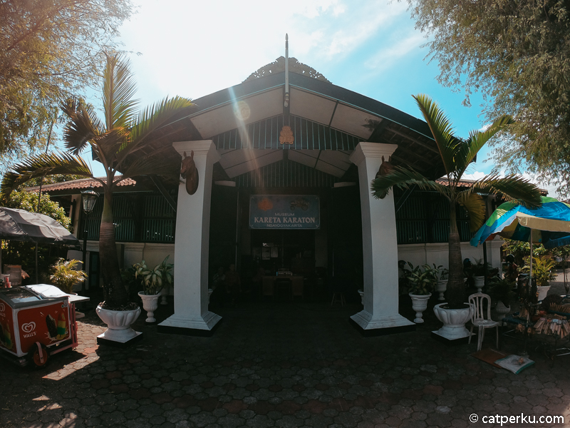 Tempat wisata Jogja dekat Jalan Malioboro ini mungkin agak serem, tapi menarik untuk dikunjungi kok Museum Kereta Keraton Jogja ini.