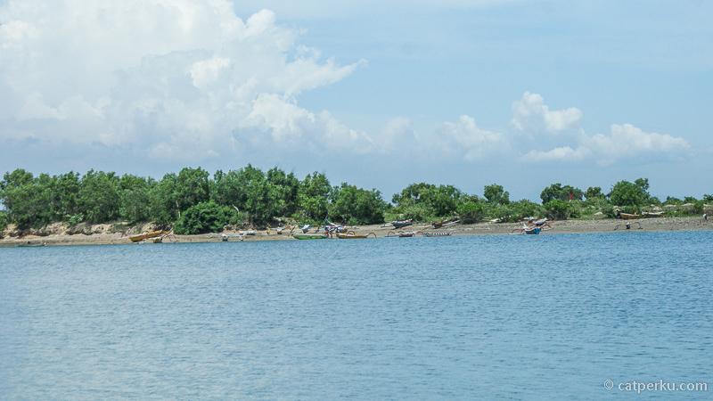 Terdapat desa nelayan dan Kampung Bugis di pulau ini