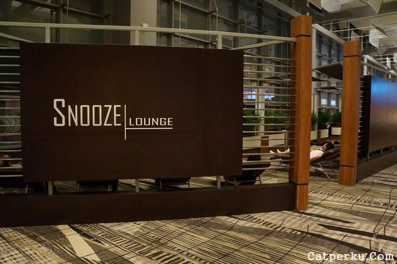 """Ada yang namanya snooze lounge di Bandara Changi Singapore, bisa buat tidur, tapi sering di sweeping sama petugas bandara, ditanyain boarding pas =="""""""