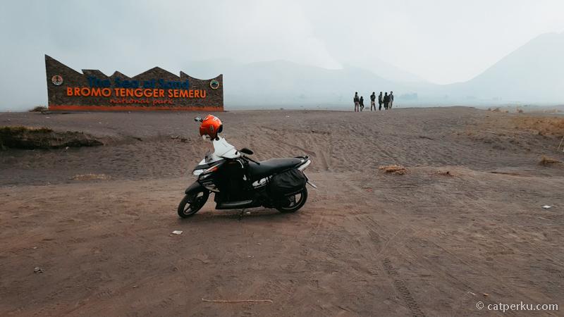 Jas hujan singgle seperti ini cocok sekali untuk touring motor sendiri.