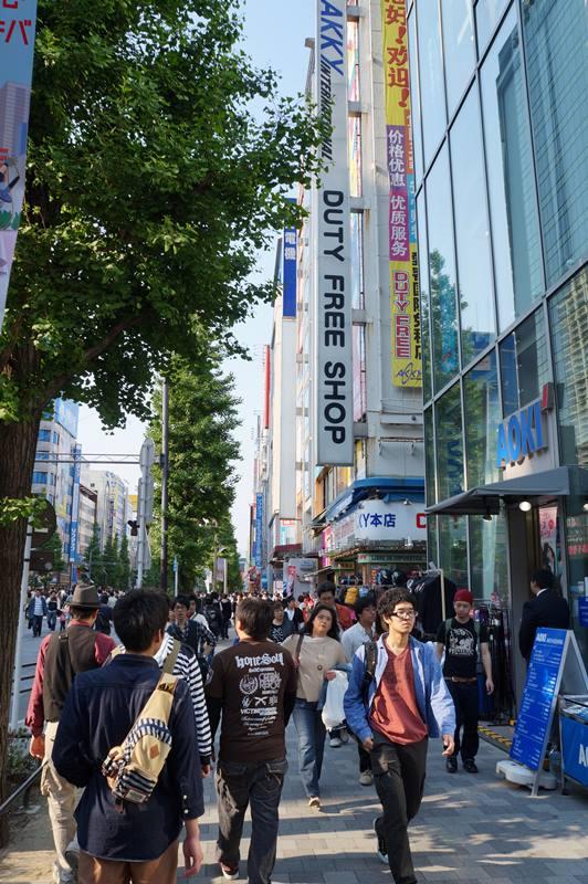 Toko berlabel duty free shop biasanya harganya lebih murah dan ada diskon untuk turis asing