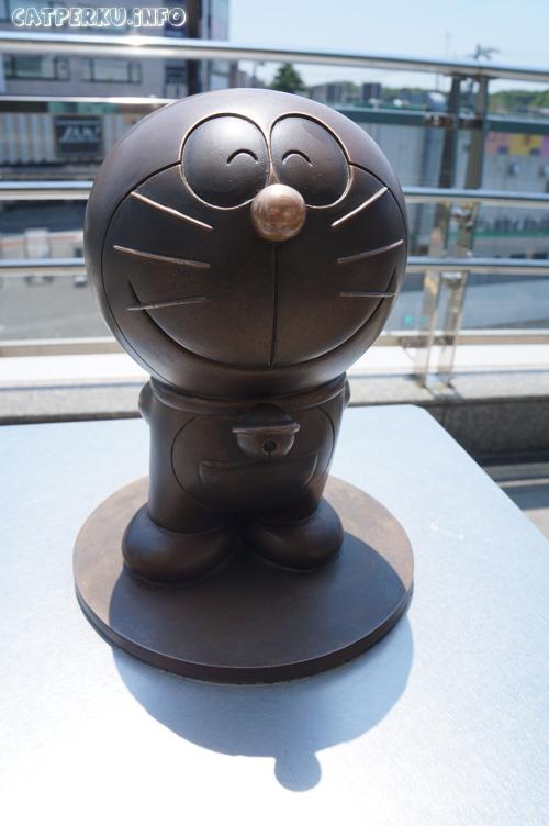 Doraemon yang tersenyum manis ini bisa langsung terlihat sejak keluar dari Stasiun JR Noborito. Patung doraemon ini juga bisa digunakan sebagai penanda kalau sudah keluar dari pintu stasiun yang benar.