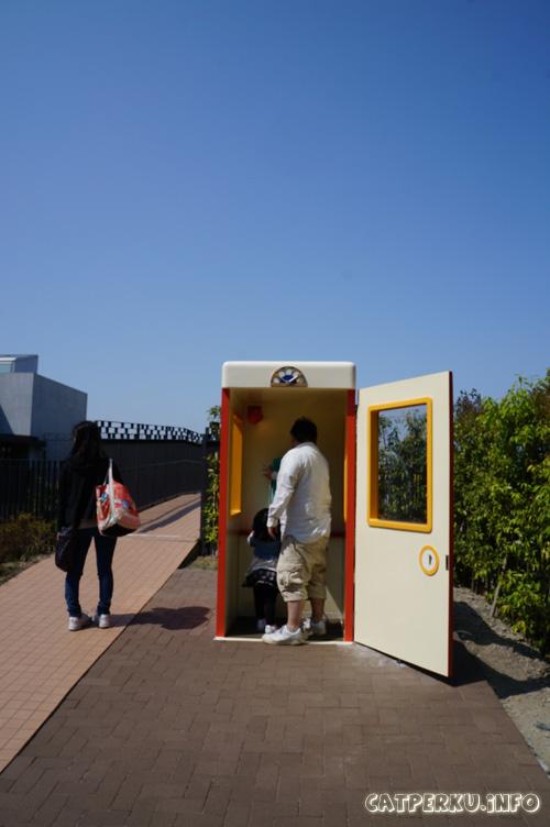 Ooooh, ternyata itu kotak telepon andaikannya si doraemon toh :D atau kadang ada juga yang mengenal dengan nama Moshimo-box!