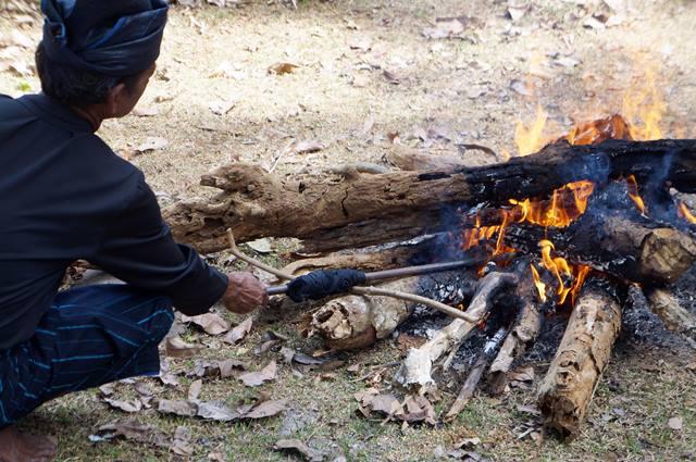 Tradisi bakar linggis di Suku Kajang.