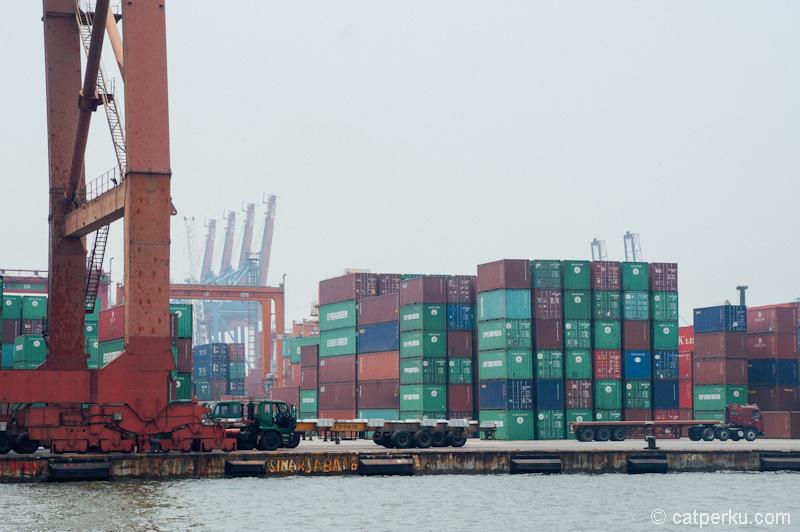 Tumpukan ratusan peti kemas di salah satu terminal pelabuhan