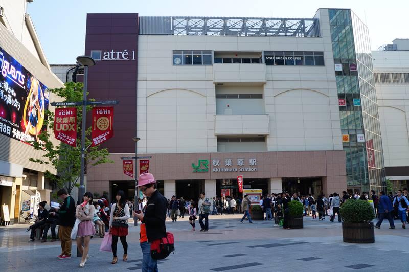 Untuk pergi ke Akihabara, naiklah kereta dan turun di JR Akihabara Station