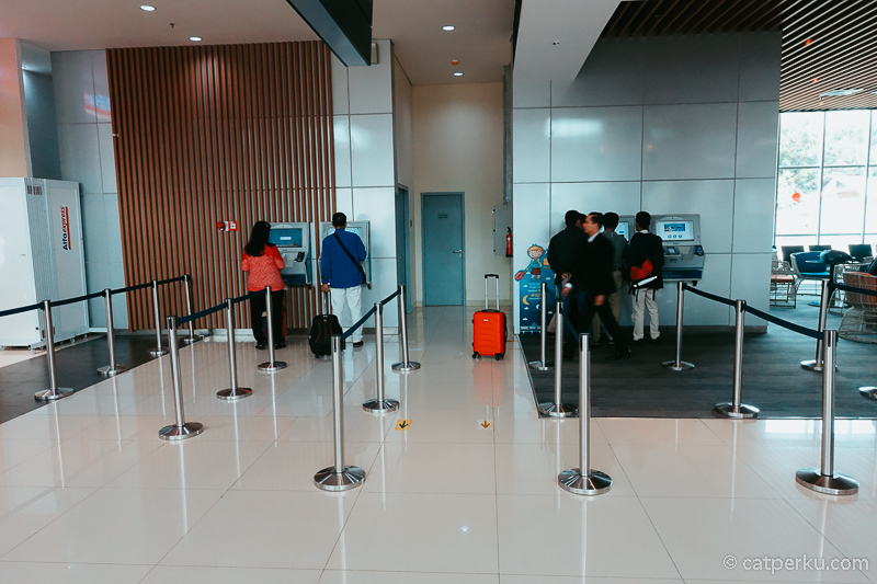 Vending Machine untuk beli tiket di Stasiun Kereta Bandara Jakarta Soekarno Hatta.