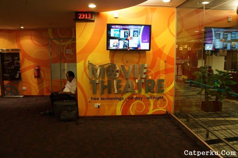 Waaah! Ada bioskop di dalam Bandara Changi! Movie theatre ini ada di terminal 3.