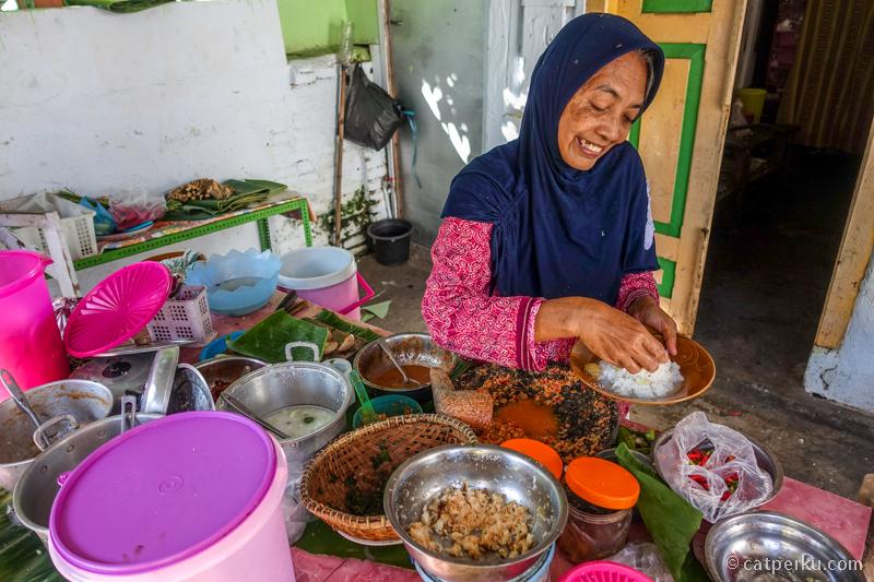 Warung Nasi Cawuk Ibu Sri Banyuwangi. Ibu sri ini sudah puluhan tahun menjual Nasi Cawuk khas Banyuwangi