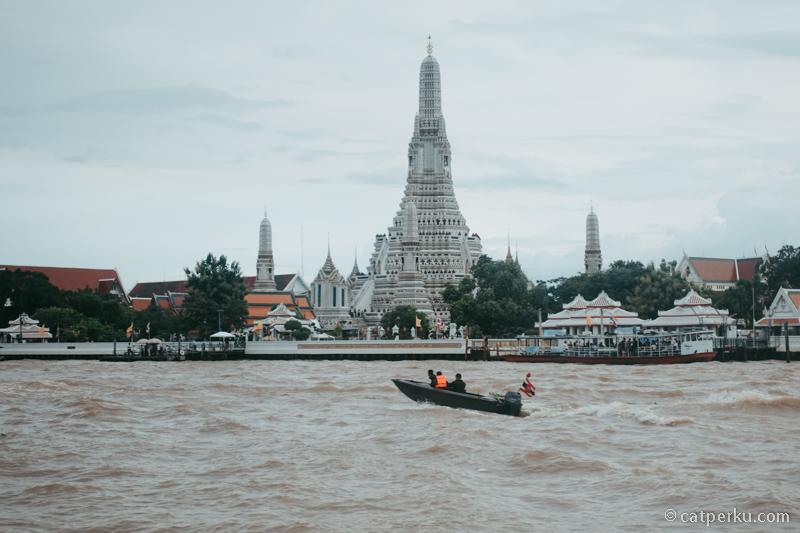 Wat Arun, salah satu tempat wisata di Thailand wajib kunjung.