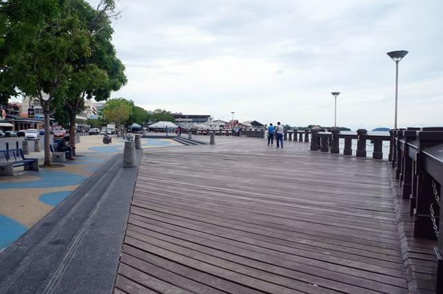 Waterfront Kota Kinabalu, mengingatkan saya kepada Pantai Losari di Makassar.