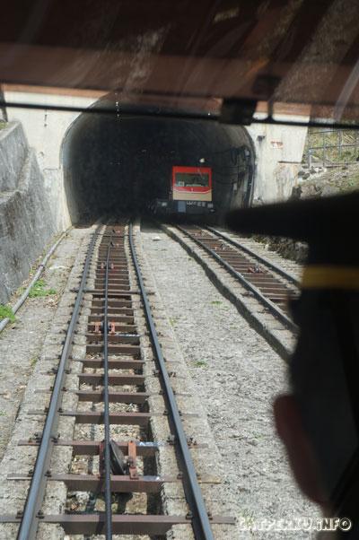Ketika yang satu naik, yang satunya turun, begitulah cara kerja cable car di Tateyama Kurobe Alpine Route ini