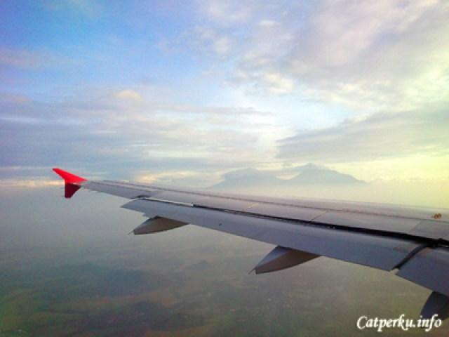 Pemandangan Gunung Merapi di kejauhan